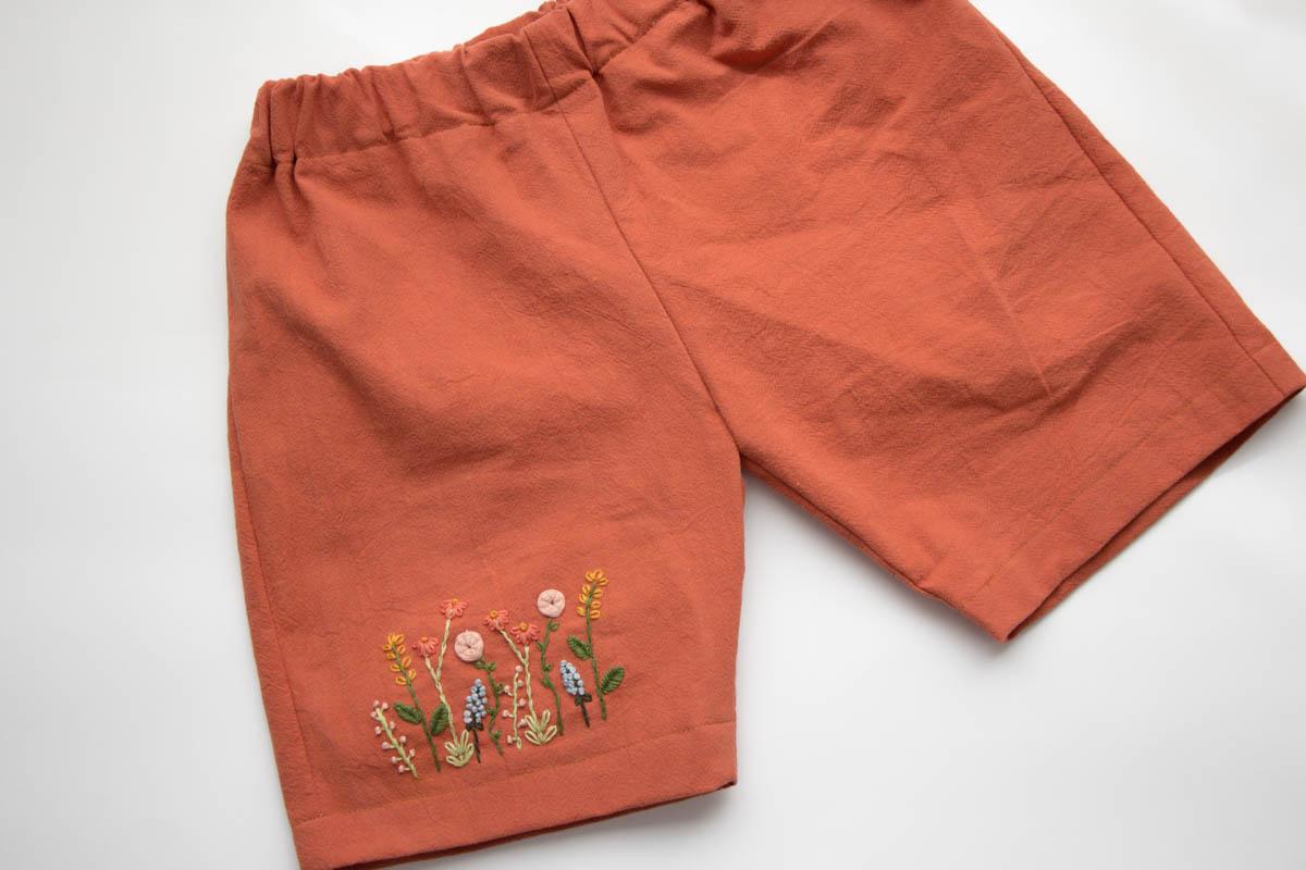 Bestickte Hose mit Blumen